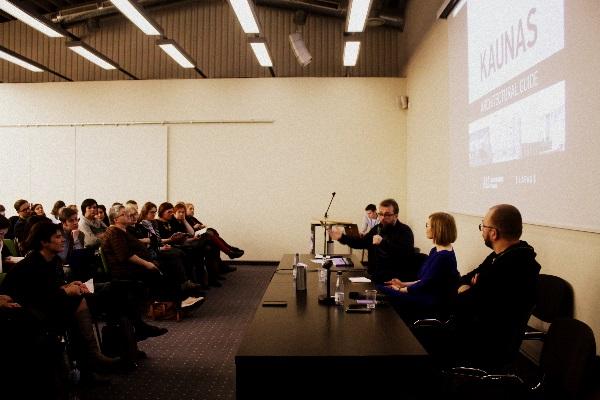 """""""Kaunas 1918 – 2015. Architektūros gidas"""" pristatymo dalyviai R. Zemkauskas, M. Drėmaitė, V. Petrulis. Autorės nuotr."""