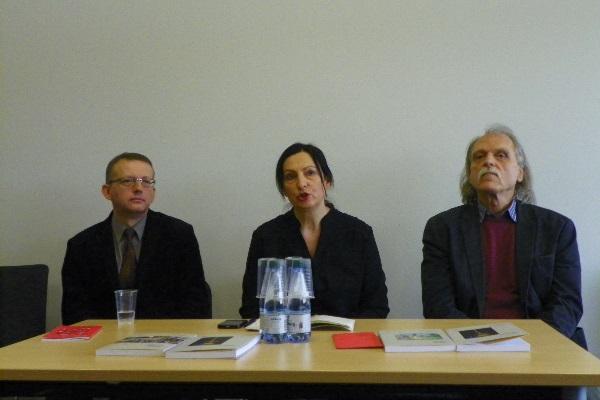 Diskusijos dalyviai doc. Naglis Kardelis ir dr. Vytautas Rubavičius su vedėja R. Repšiene. Gintarės Valancevičiūtės nuotr.