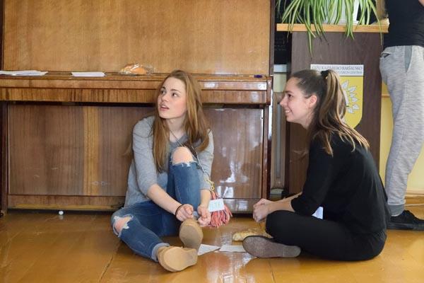 Moksleivė savanorė Viltė (kairėje). Autorės nuotr.
