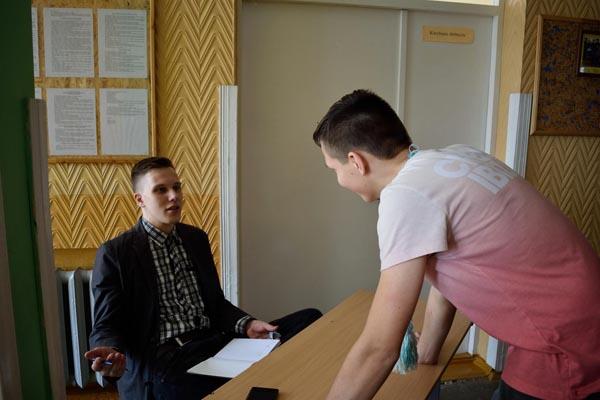 Kairėje - studentas, M'SG savanoris Evaldas M. Autorės nuotr.