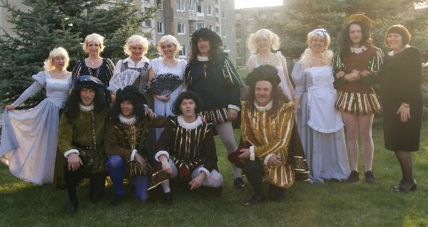 Gimnazijos mokytojai, buvę mokiniai bei festivalio organizatorė. Autorės nuotr.
