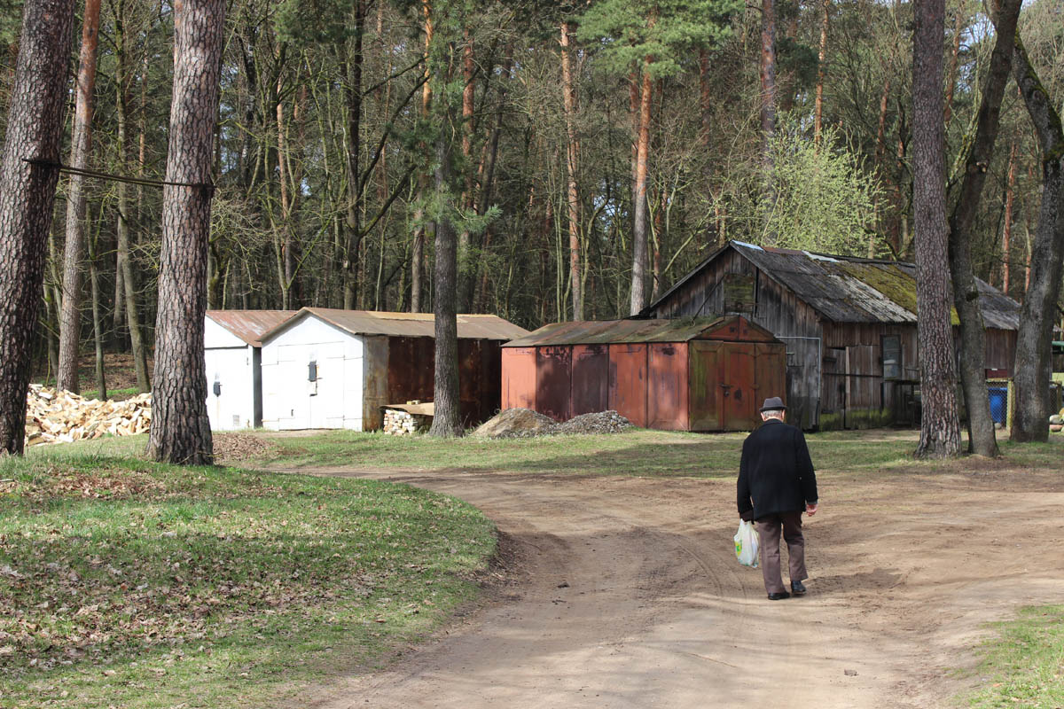 Senyvas alytiškis eina namo. Dieną mieste galima sutikti tik moksleivius ir pensininkus.