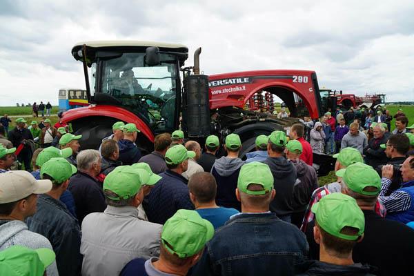 """UAB """"Agrokoncerno"""" naujos žemės ūkio technikos pristatymas Lietuvos ūkininkams. """"Agrokoncerno"""" nuotr."""