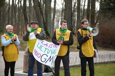B. Ropės patarėjas aplinkosaugos ir maisto saugos klausimais A. Gaidamavičius (dešinėje) protesto akcijos metu prieš GMO plėtrą Lietuvoje. G. Minelgaitės nuotr.