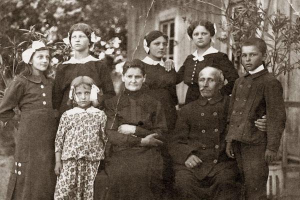 Ingelevičių šeima 1918 m. Amžiaus pradžioje šeimos buvo gerokai gausesnės. Lietuvos dailės muziejaus nuotr.