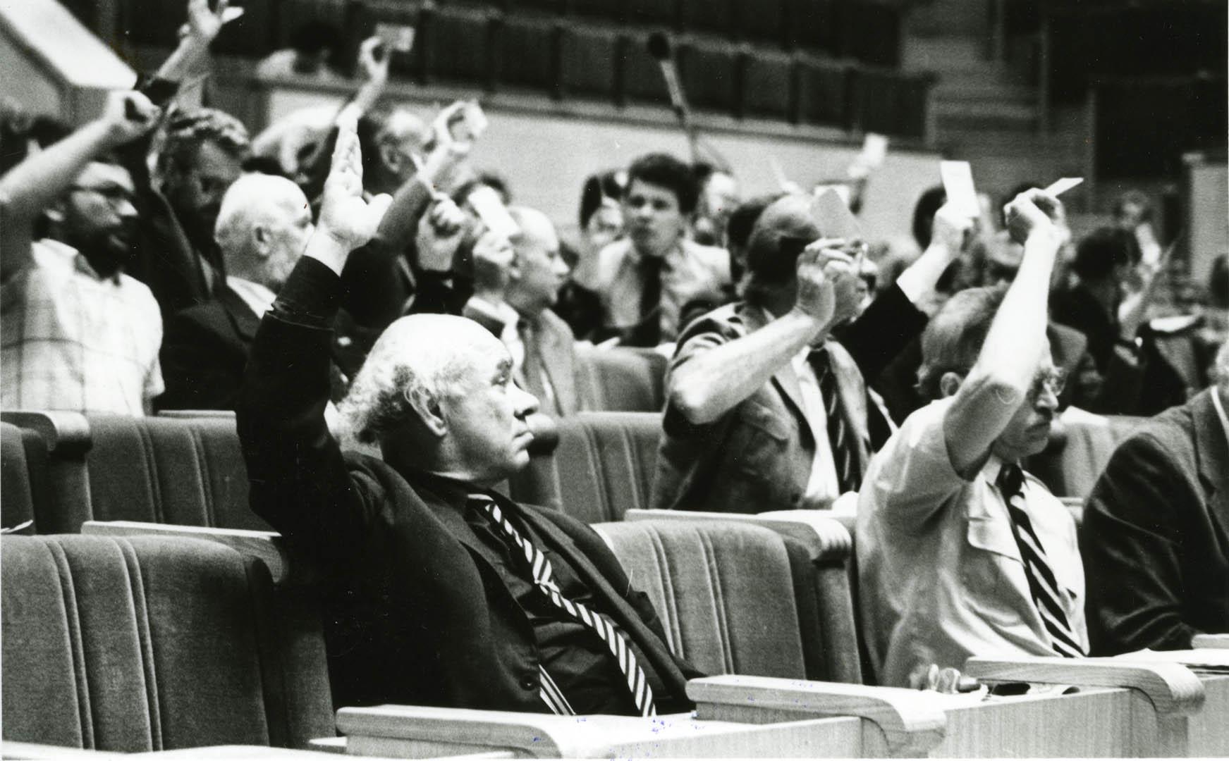 B. Genzelio asmeninio archyvo nuotrauka. 1990 m. Lietuvos Respublikos Aukščiausiosios Tarybos – Atkuriamojo Seimo posėdis.