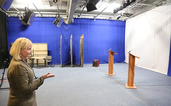 Daiva Pikturnienė pristato didžiąją studiją, kurioje filmuoja pokalbių ir diskusijų laidas, rinkiminius debatus. Autorės nuotrauka.