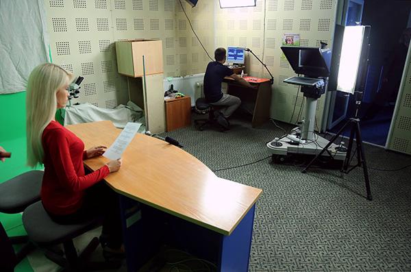 Televizijos darbuotojai dažnai atlieka kelis darbus: fiksuoja įvykius, kuria tekstus, ir paskui patys juos įgarsina. Giedriaus Baranausko nuotr.
