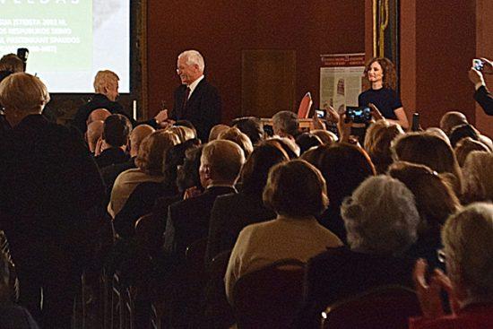 Seimo Lituanistikos tradicijų ir paveldo įprasminimo komisijos pirmininkė I. Degutienė įteikia 2017-ųjų Kalbos premiją A. Bartnikui. Autoriaus nuotr.