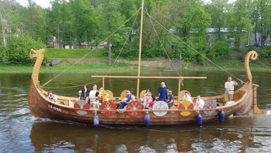 Kevino įmonei priklausantis baltų vikingų laivas. Asmeninio archyvo nuotr.