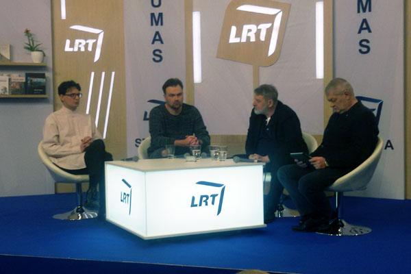 Diskusija Knygų mugėje. Iš kairės: Kristupas Sabolius, Mykolas Katkus, Aurelijus Katkevičius, Rytas Staselis. Autorės nuotr.