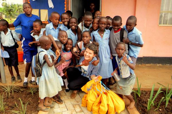 1. Ugandos sostinės Kampalos vienoje iš mokyklų kartu su UYSTO (Uganda youth skills training organisation). Čia savanoriai mergaitėms dalino higieninius paketus ir pasakojo apie jų naudojimą. Asmeninio archyvo nuotr.