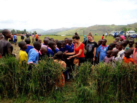 Ugandos vakaruose. Kaime vyko šventė, kurios metu buvo tikrinama vietinių moterų sveikata. Kartu su UYSTO Fausta dalino higieninius paketus patikrą praėjusioms moterims. O šioje nuotraukoje atvykusius savanorius apsupo vaikai, kurie tyrinėjančiais žvilgsniais nedrąsiai stebėjo, lietė jų odą, nes jiems ji buvo labai keista. Asmeninio archyvo nuotr.