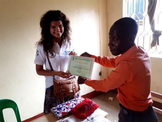 UYSTO direktorius Bob įteikia savanorystę patvirtinantį pažymėjimą Paskutinė savanorystės diena Ugandoje. Asmeninio archyvo nuotr.