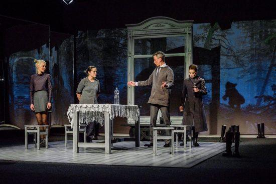 """A.Šimonio scenografija spektakliui """"Elzės žemė"""" Klaipėdos dramos teatre. Algirdo Kubaičio nuotr."""