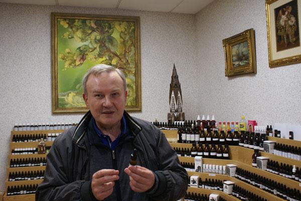 Kunigas Valerijus Rudzinskas pasakoja, kaip susižavėjo aromaterapija. Autoriaus nuotr.