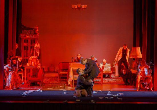 """Spektaklis """"Pažemintieji ir nuskriaustieji"""" Juozo Miltinio dramos teatre. Tomo Stasevičiaus nuotr."""