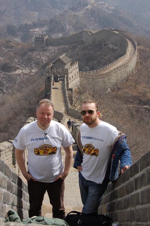 """Martynas Starkus ir Vytaras Radzevičius prie Didžiosios kinų sienos. Akimirka iš kelionės """"Pagaminta Kinijoje"""". Facebook nuotr."""