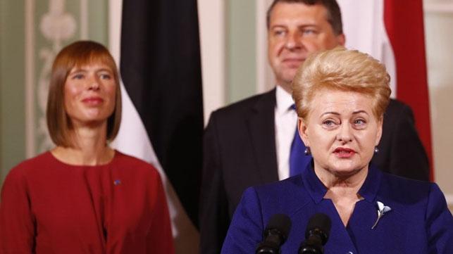 Dalia Grybauskaitė tarptautiniuose susitikimuose dažnai užgožia savo dabartinius kolegas Estijos prezidentę Kersti Kaljulaid ir Latvijos vadovą Raimondą Vejonį. Reuters/Scanpix nuotr.