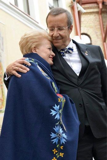 D. Grybauskaitė dažnai viešumoje atrodo griežta ir kategoriška. Švelnesnį įvaizdį ji bando kurti socialiniuose tinkluose. Tam pasitelkiamos ir grybų marinavimo nuotraukos, ir T. H. Ilveso glėbys. Facebook nuotr.