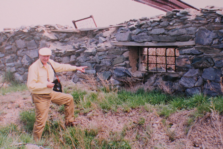 A. Seikalis prie lagerio griuvėsių. Asmeninio archyvo nuotr.