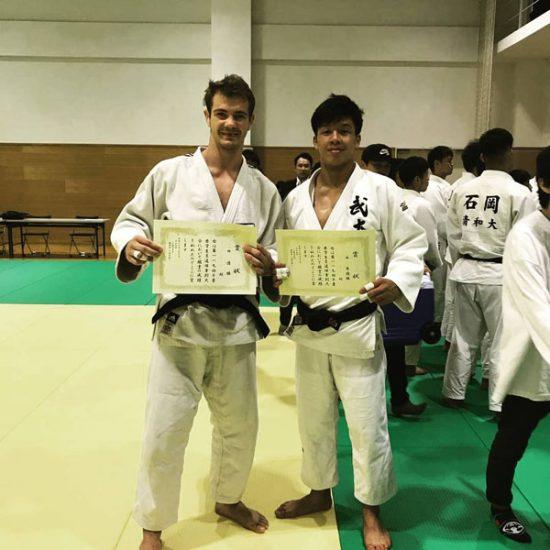 Rokas Nenartavičius treniruojasi kartu su japonų atletais. Akimirka iš Japonijoje vykusių varžybų. Asmeninio archyvo nuotr.