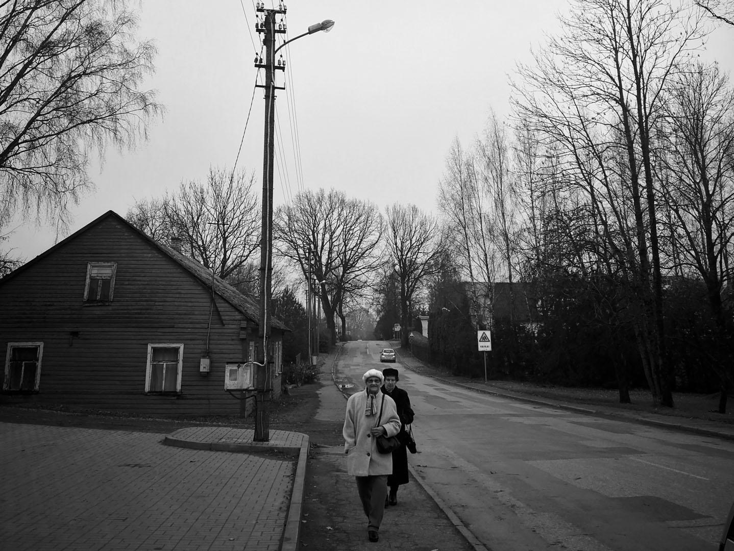 Igliaukos kaimo moterys skuba į sekmadienines Šv. Mišias. Rugilės Juodaitienės nuotrauka