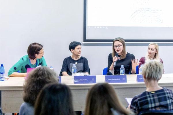 Diskusija apie knygų skaitymą. Iš kairės Inga Mitunevičiūtė, Ilona Ežerinytė, Greta Barkauskytė, Eglė Baliutavičiūtė / Vygaudo Juozaičio nuotr.