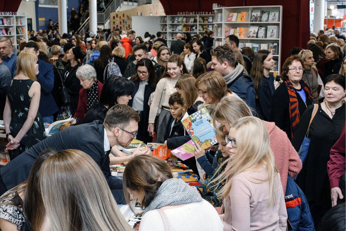 Vilniaus knygų mugės šurmulys. Gražvydo Kaškelio nuotrauka