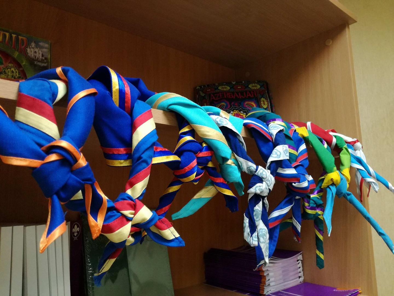 Įvairūs kaklaraiščiai, surišti draugystės mazgais Kijeve, Ukrainos sostinėje 2017 m. Iš asmeninio M. M. Lizzi archyvo.