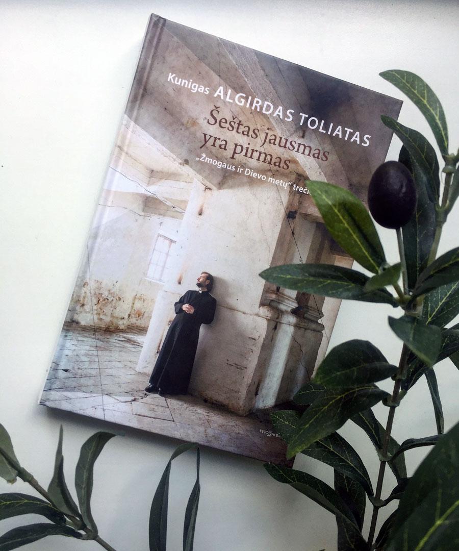 """Kunigo Algirdo Toliato knyga """"Šeštas jausmas yra pirmas""""."""