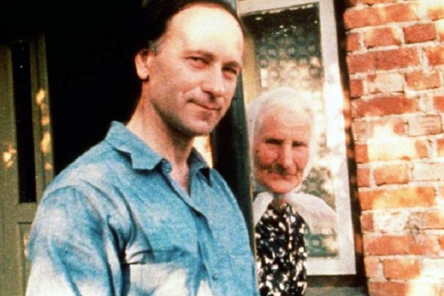 Jonas Mekas su mama. Kadras iš filmo.