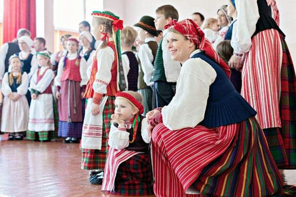 """Folkloro ansamblio """"Virvytė"""" koncertas Aukštadvaryje. Loretos Sungailienės asmeninio archyvo nuotr."""