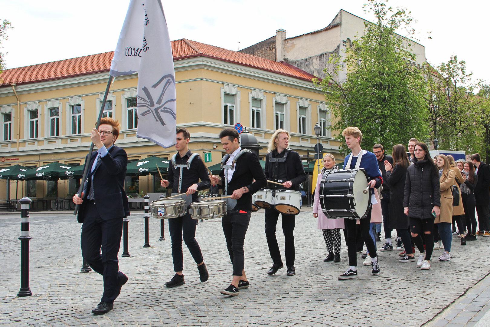 Triukšminga eisena Vilniaus senamiesčio gatvėmis prasidėjo 28-osios žurnalistų dienos. Karolinos Savickytės nuotr.